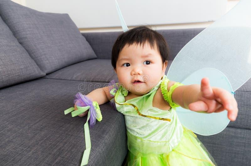 Asien behandla som ett barn flickan med den halloween partidressingen arkivbild