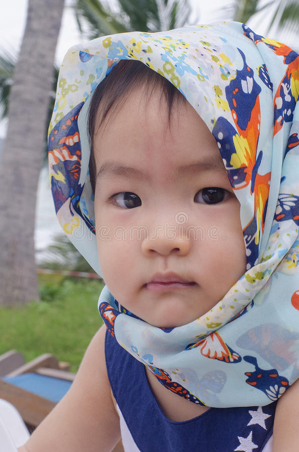 Asien behandla som ett barn flickan som ser kameran royaltyfri fotografi