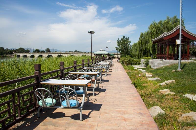 Asien China, Peking WanPinghu Park, Landschaft von Gärten, roter Pavillon, Speisetisch, der Stuhl speist stockbilder