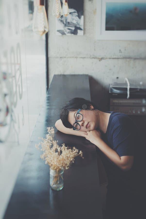 Asien-Frauen mit Augengläsern im Kaffeestubecafé lizenzfreies stockfoto