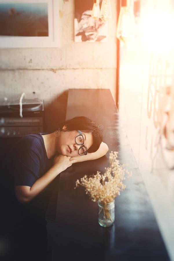 Asien-Frauen mit Augengläsern im Kaffeestubecafé lizenzfreie stockfotografie