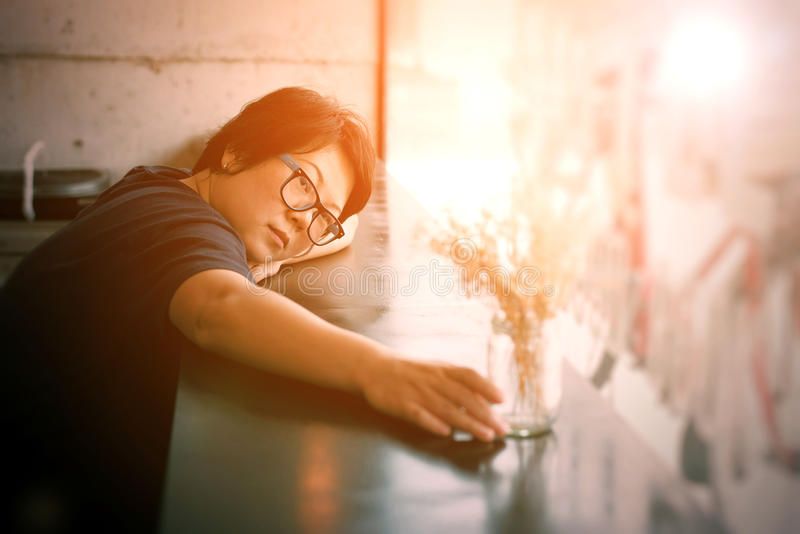 Asien-Frauen mit Augengläsern im Kaffeestubecafé stockfotos