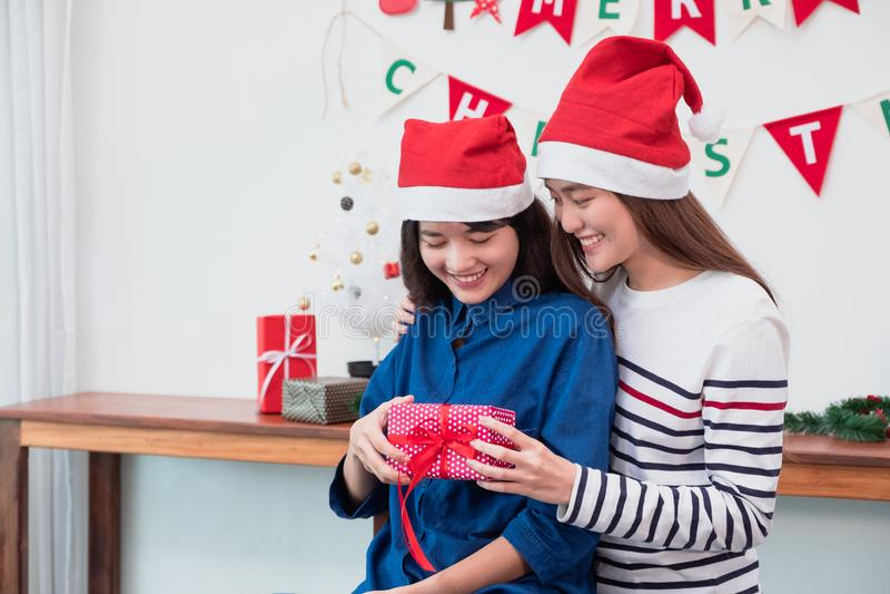 Asien-Freundinnen tragen Sankt-Hut im fröhlichen Weihnachtsfest und ex lizenzfreie stockfotografie