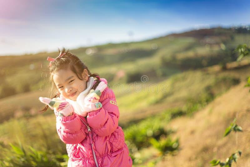 Asien härlig ung flickastående royaltyfri fotografi
