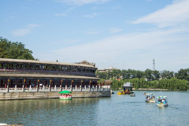 Asien Kina, Peking, Beihai parkerar, sjösikten, den långa korridoren royaltyfri foto