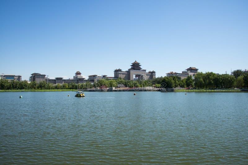 Asien Kina, Peking, lotusblommadammet parkerar, Lakeview, västra järnvägsstation för Peking royaltyfri foto