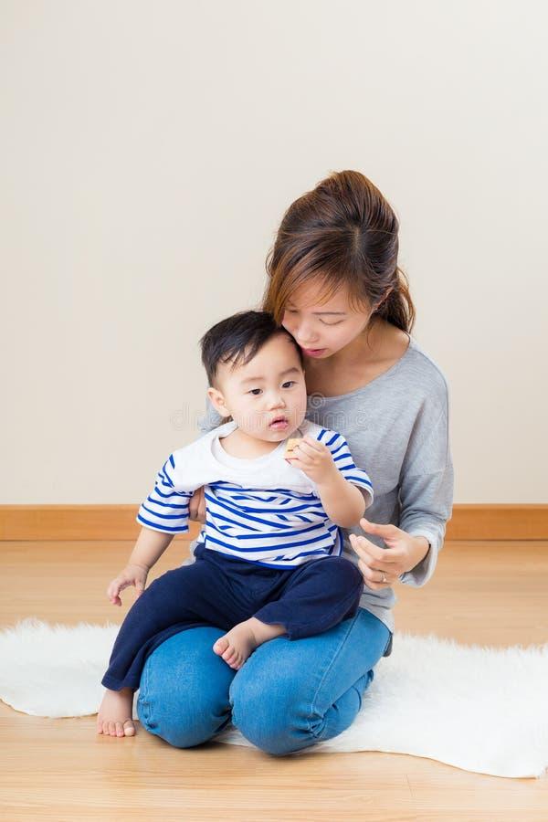 Asien kvinna med hennes son royaltyfria foton