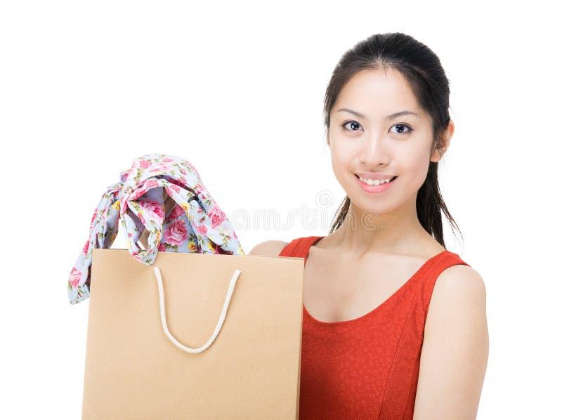 Asien kvinna med kjolen i shoppingpåse arkivbild