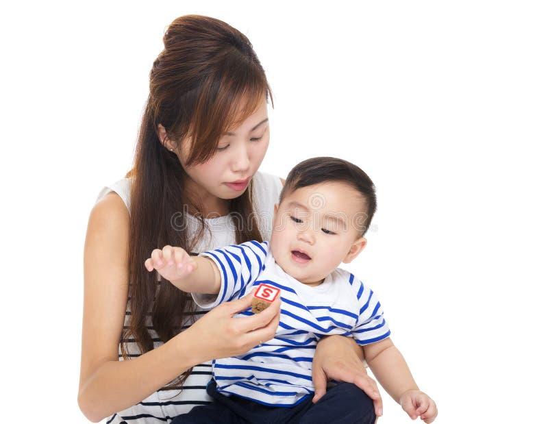 Asien kvinnalek med hennes son royaltyfri bild
