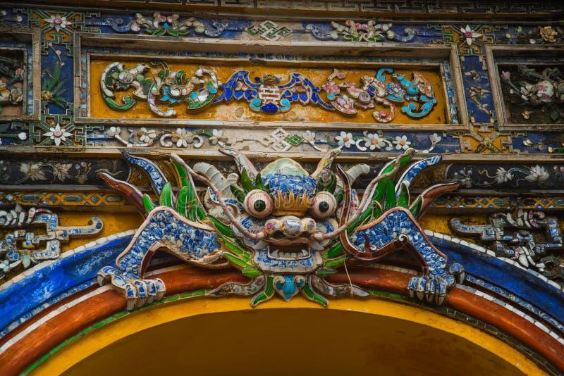 Asien land av Vietnam Drake dekor, ärke- fragment i tonstad royaltyfri fotografi