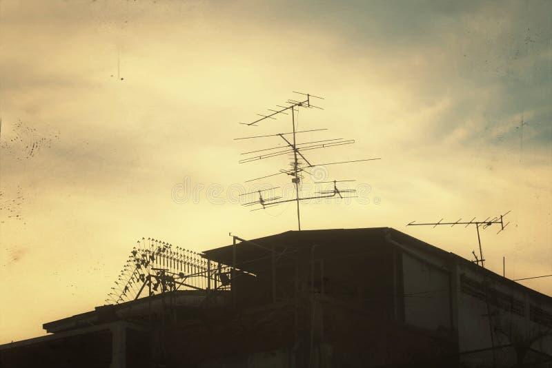 Asien-Landhaus- oder Ausgangslandschaftsschattenbilddunkelheit auf Bildweinlesekunst des Himmelhintergrundes gelbes Goldder dunkl lizenzfreie stockbilder