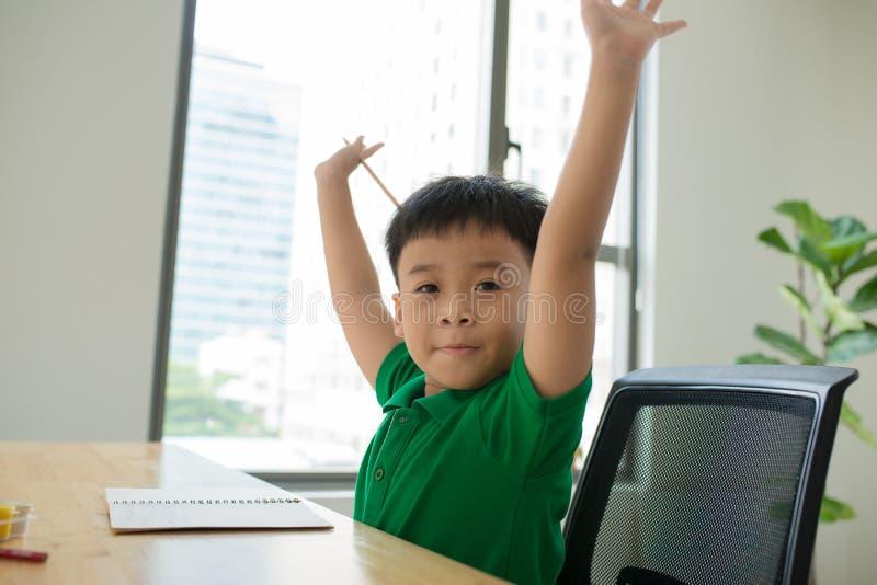 Asien liten studentpojke som hemma studerar och gör hans läxa, arkivbilder
