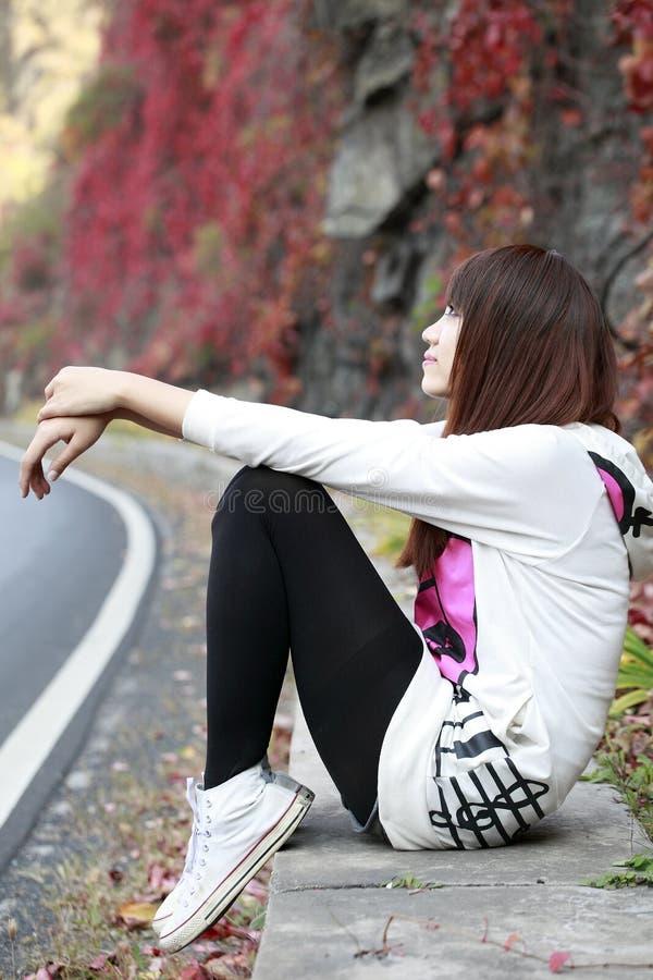 Asien-Mädchen im Herbst lizenzfreies stockfoto