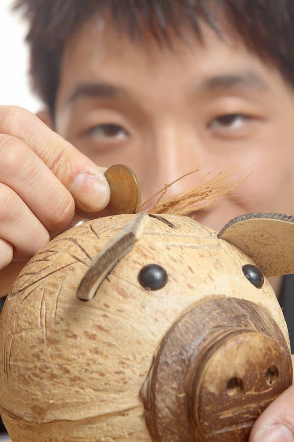 Asien man med den piggy gruppen royaltyfria bilder