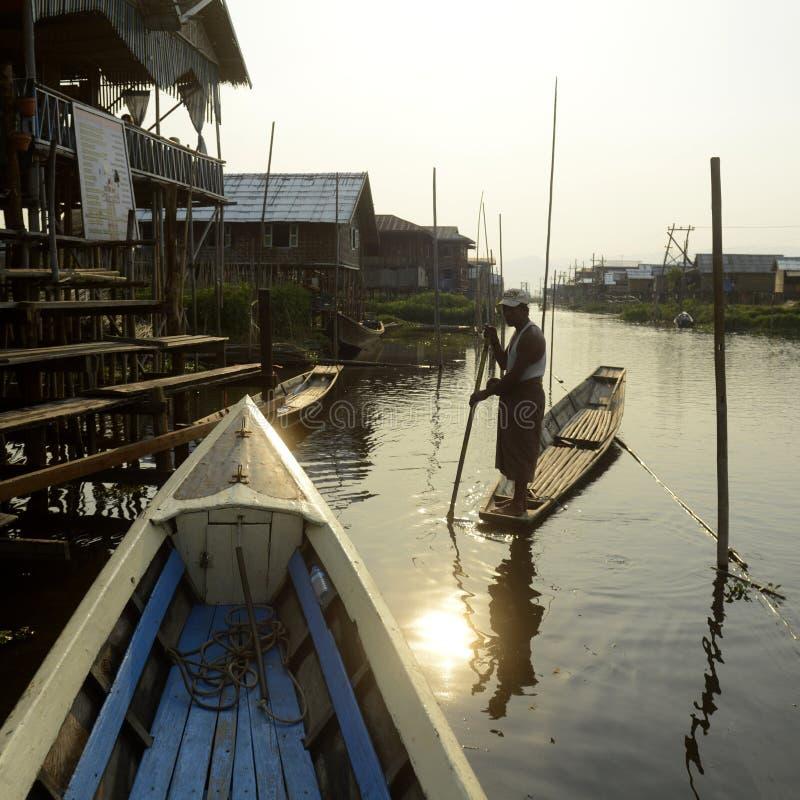 ASIEN MYANMAR NYAUNGSHWE SOM SVÄVAR TRÄDGÅRDAR arkivbild