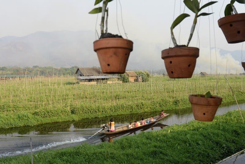 ASIEN MYANMAR NYAUNGSHWE SOM SVÄVAR TRÄDGÅRDAR royaltyfri foto