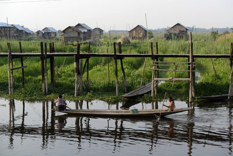 ASIEN MYANMAR NYAUNGSHWE SOM SVÄVAR TRÄDGÅRDAR arkivbilder