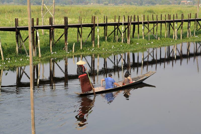 ASIEN MYANMAR NYAUNGSHWE SOM SVÄVAR TRÄDGÅRDAR royaltyfri fotografi