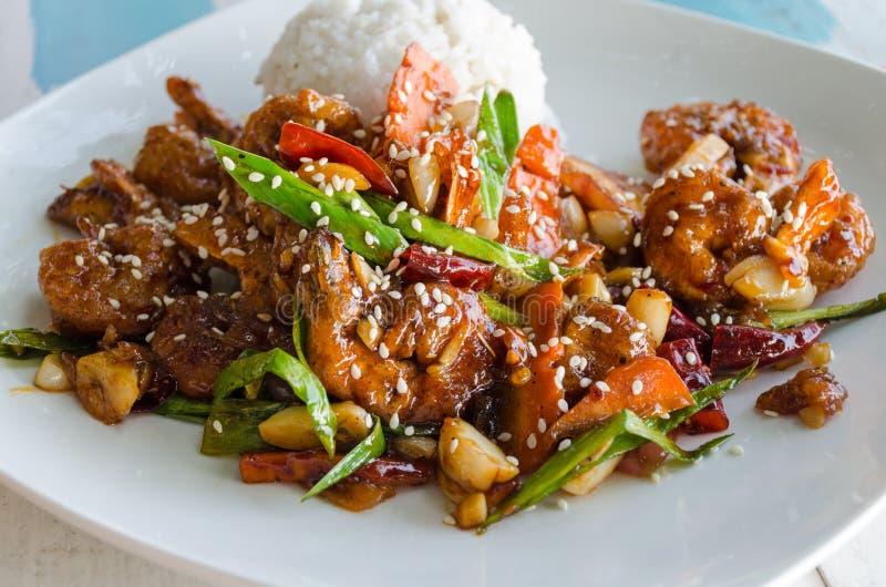 Asien och Sril Lanka smak - maträtt av ris och räka i smet, s-maträtt av ris och räka i smet, söt sås som dekoreras med se arkivfoto
