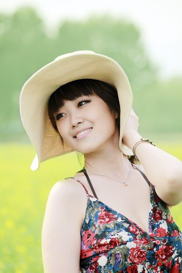 Asien-Schönheit, die Sommer genießt stockfotografie