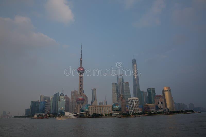 Asien-Stadt mit Verkehr stockbild
