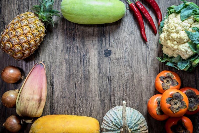 Asien tropiska organiska naturliga kemiska fria frukter och grönsak royaltyfria bilder
