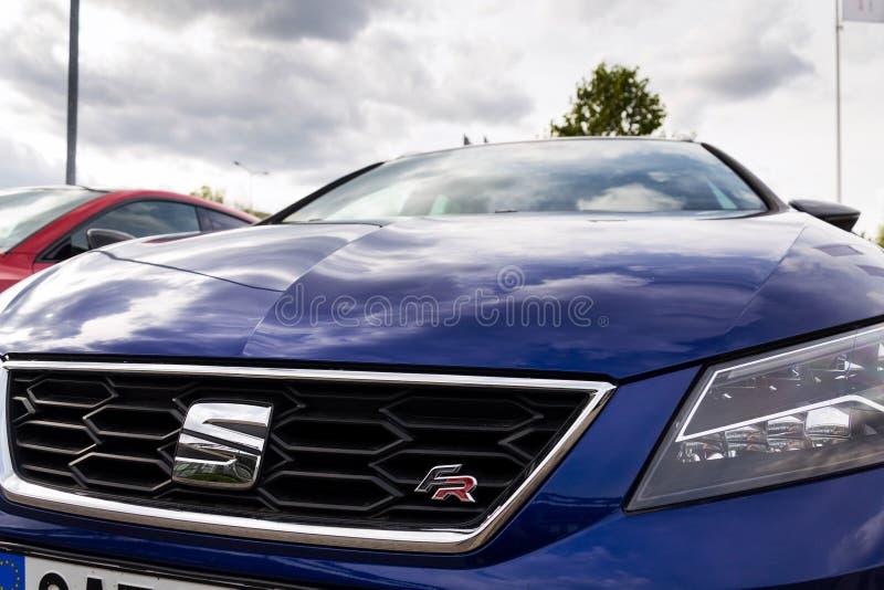 Asiente el logotipo de la compañía en el asiento de carro azul León franco foto de archivo libre de regalías