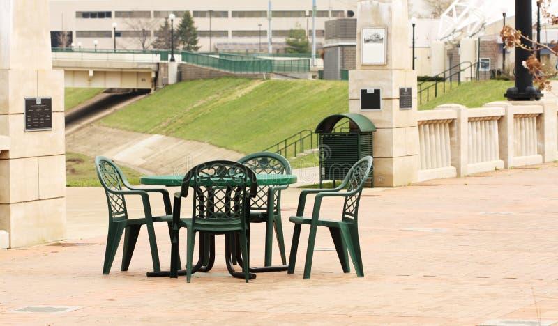 Asiento al aire libre en el parque urbano de la calle de Riverscape fotografía de archivo