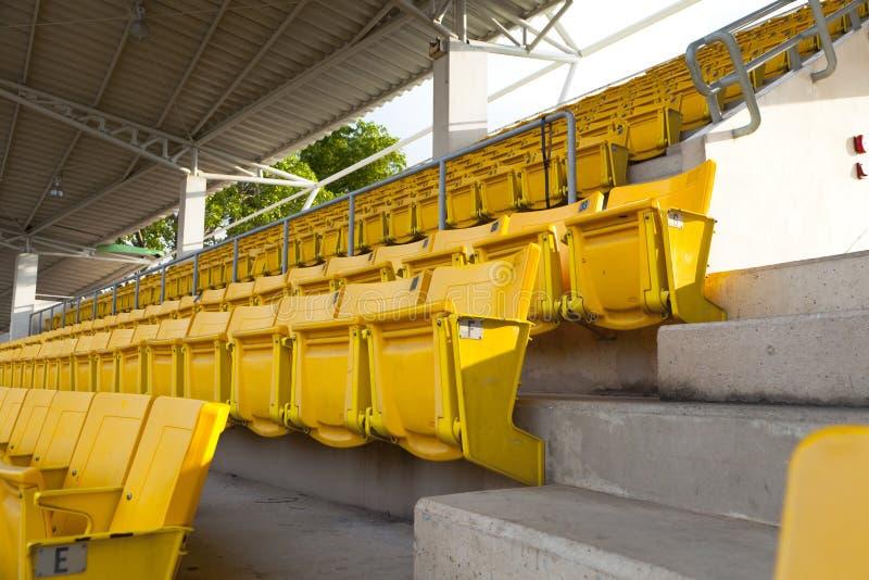 Asiento anaranjado vacío del estadio imagenes de archivo