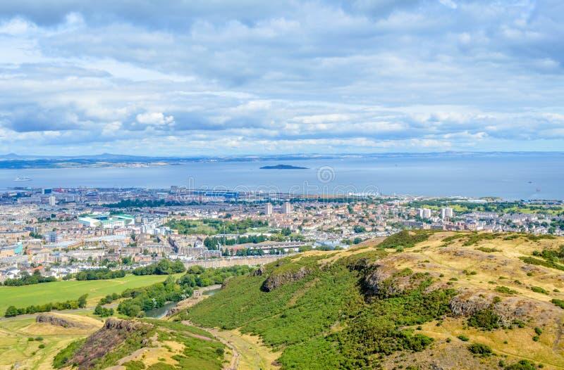 Asiento, Edimburgo, Escocia - la vista del brazo de mar de adelante e Inchkeith del ` s de Arturo fotografía de archivo
