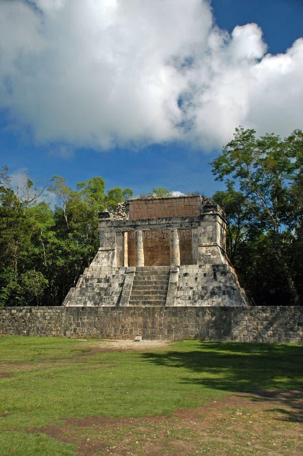 Asiento real en el estadio maya de la corte de la bola fotos de archivo