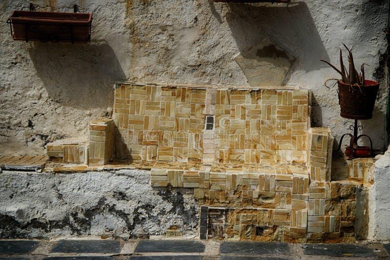 Asiento resistido viejo español hecho de las tejas fotos de archivo