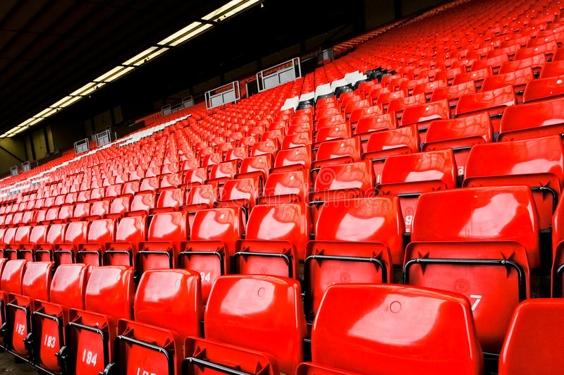 Asiento rojo brillante del estadio foto de archivo