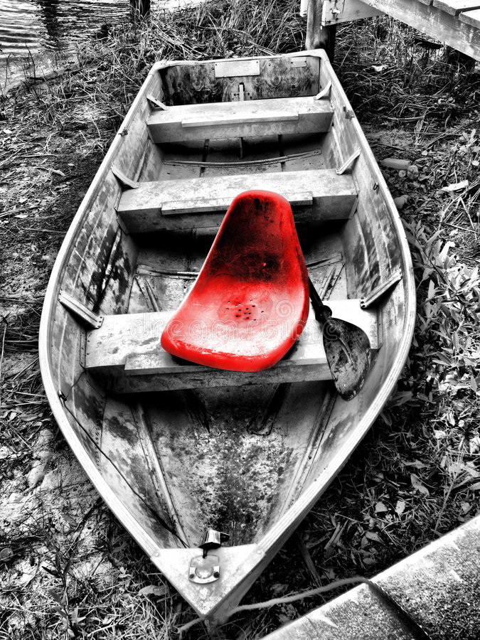 Asiento rojo en barco viejo foto de archivo libre de regalías