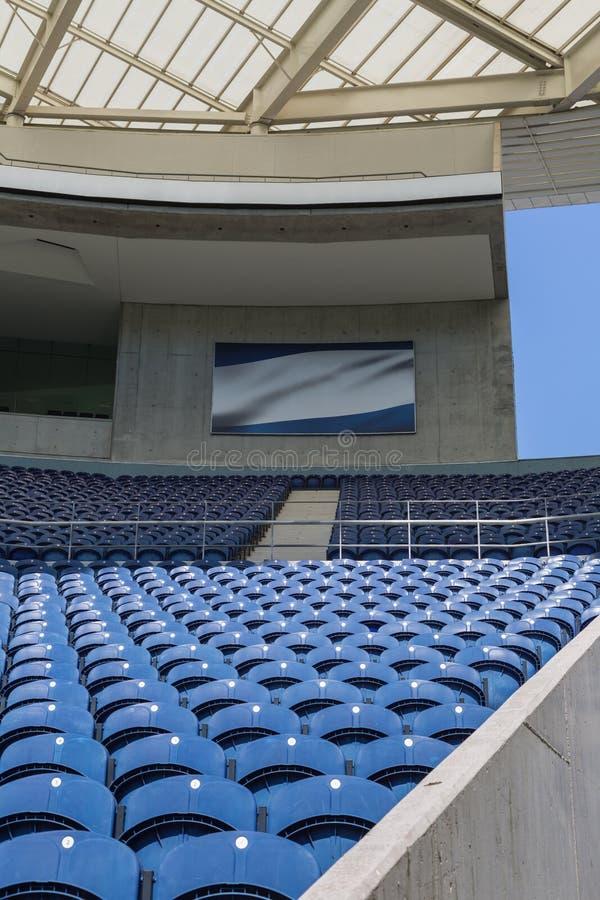 Asiento vacío azul dentro del estadio, tema del deporte imagen de archivo libre de regalías