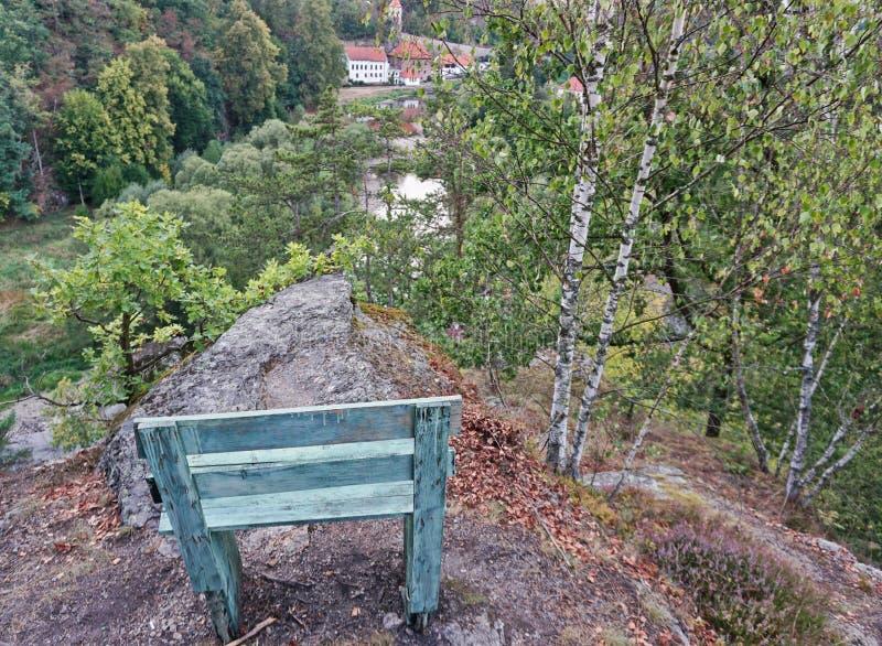 Asiento verde en un punto de vista del roca-top imagen de archivo