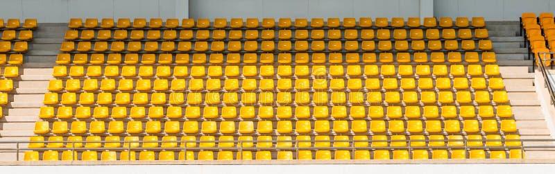 Asientos amarillos del estadio foto de archivo