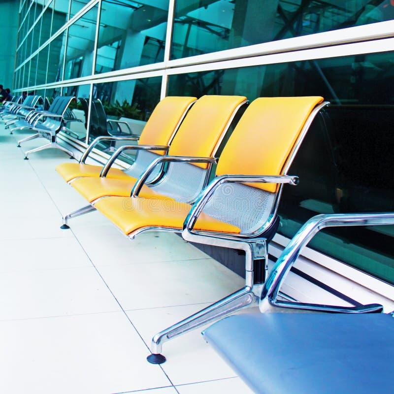 Asientos amarillos vacíos en el aeropuerto foto de archivo