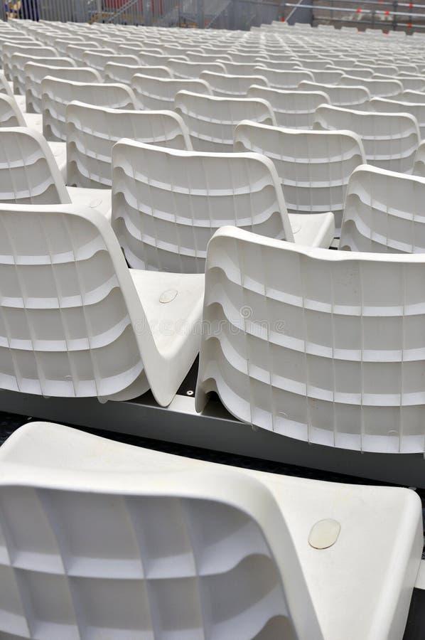 Asientos blancos del estadio imágenes de archivo libres de regalías