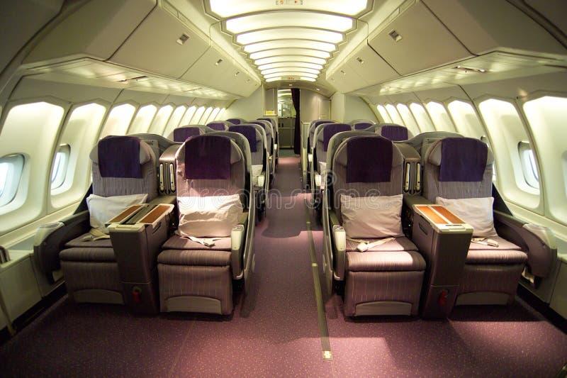 Asientos de la clase de negocios dentro del aeroplano fotografía de archivo