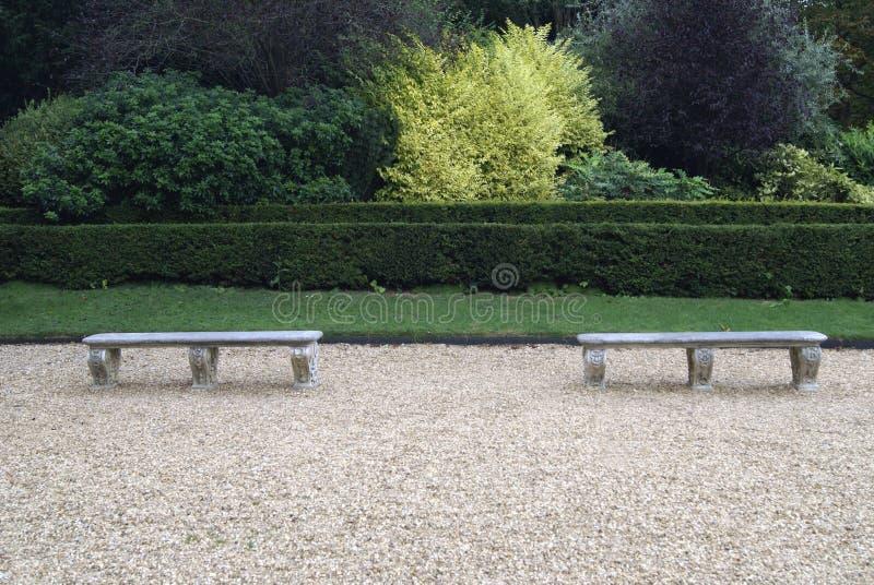Asientos de piedra esculpidos en un jardín imagen de archivo