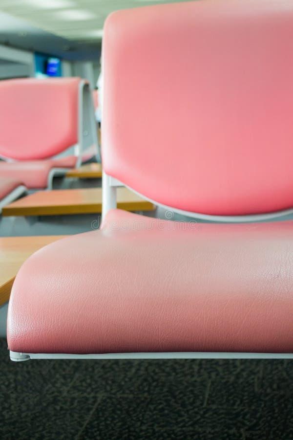Asientos del aeropuerto disponibles en zona de espera foto de archivo