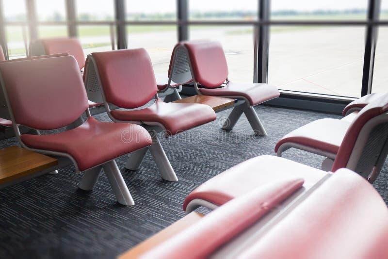 Asientos del aeropuerto disponibles en zona de espera imagen de archivo libre de regalías