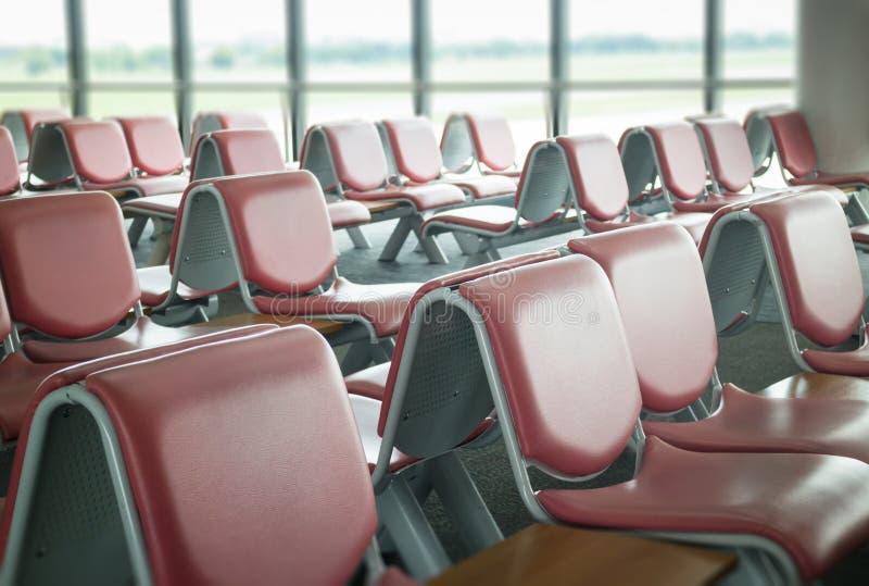 Asientos del aeropuerto disponibles en zona de espera imágenes de archivo libres de regalías