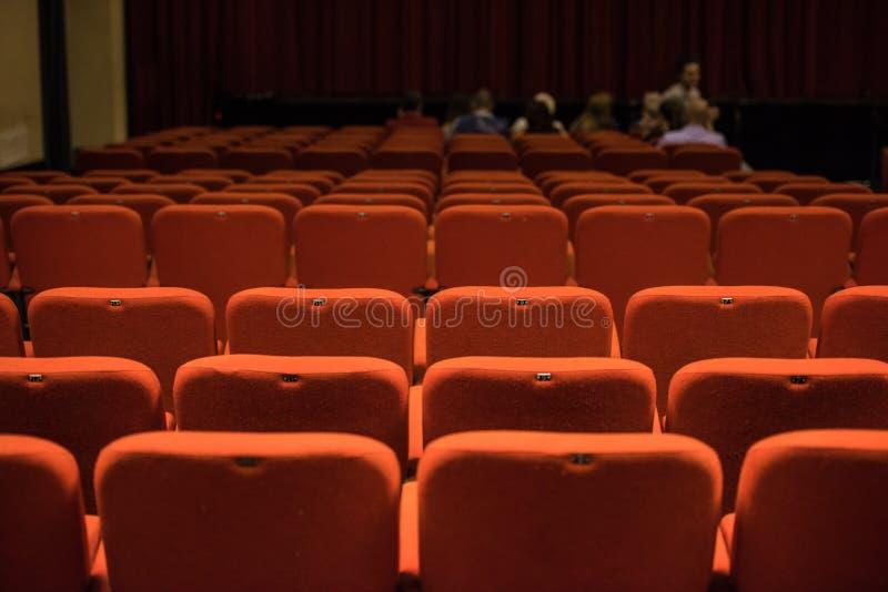 Asientos del teatro y sillas rojas dentro imágenes de archivo libres de regalías