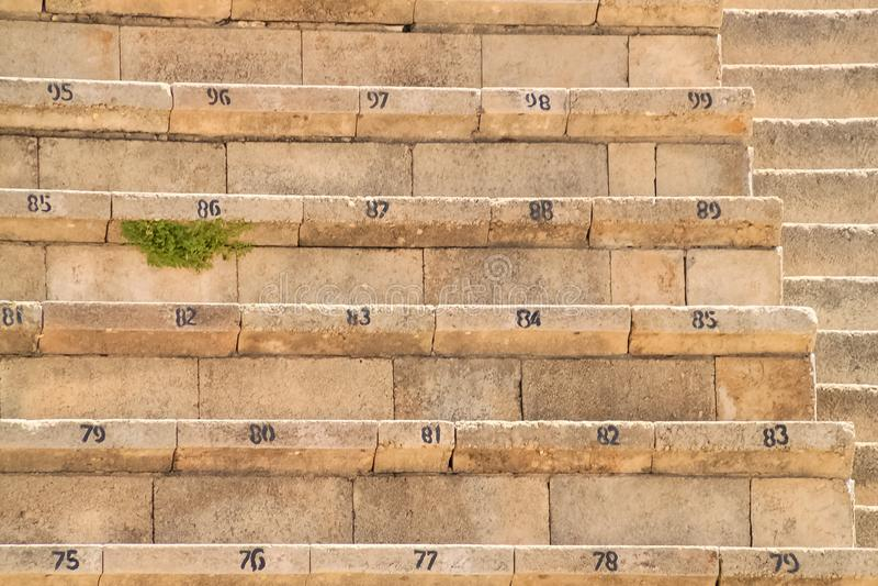Asientos numerados en el teatro reconstruido de la fortaleza de Herod en Caesarea imágenes de archivo libres de regalías