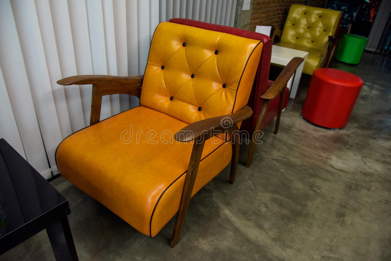 Asientos o sofá coloridos del cuero del vintage imagenes de archivo