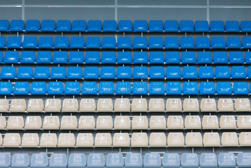 Asientos plásticos coloreados vacíos en la plataforma de visión foto de archivo libre de regalías
