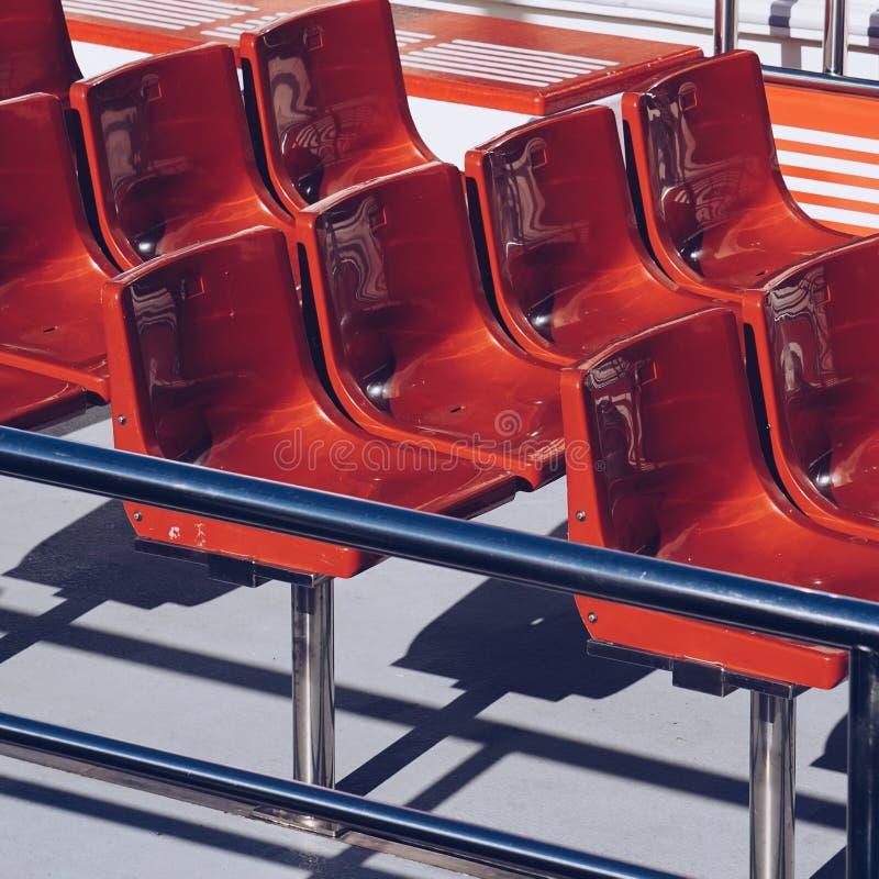 Asientos rojos en el barco fotografía de archivo