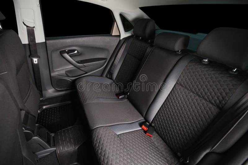 Asientos traseros del coche Limpie el interior moderno del coche Asientos negros del automóvil fotografía de archivo libre de regalías
